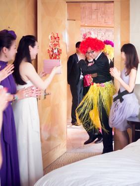 接新娘时怎么整新郎_结婚时.新郎接新娘时的堵门游戏有哪些?-