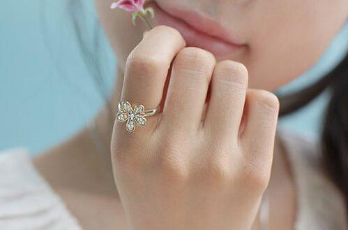 中指戴戒指的含义图片